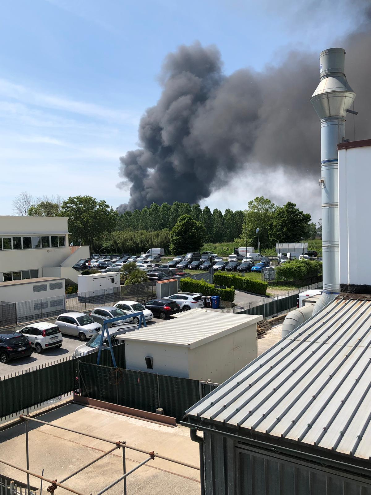 """Incendio a Montramito, i risultati delle analisi di Arpat: """"Gli inquinanti ci sono, ma nei limiti"""""""