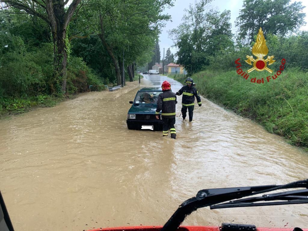 Maltempo, alluvione nell'aretino: 4 persone intrappolate nell'acqua