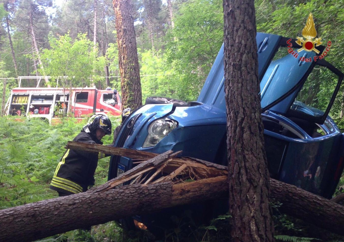 Fuori strada con l'auto finisce contro un albero e muore