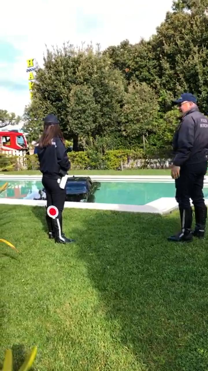 Cadillac sfonda il muro di un hotel e finisce in piscina
