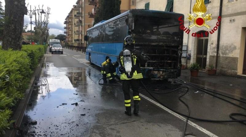 Bus a fuoco, salvi per miracolo passeggeri e autista