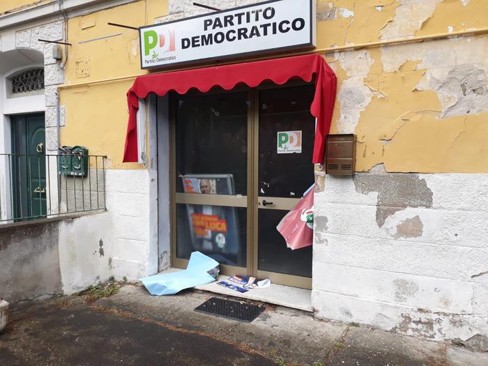 Scritte antisemite e atti vandalici alla sede del Pd