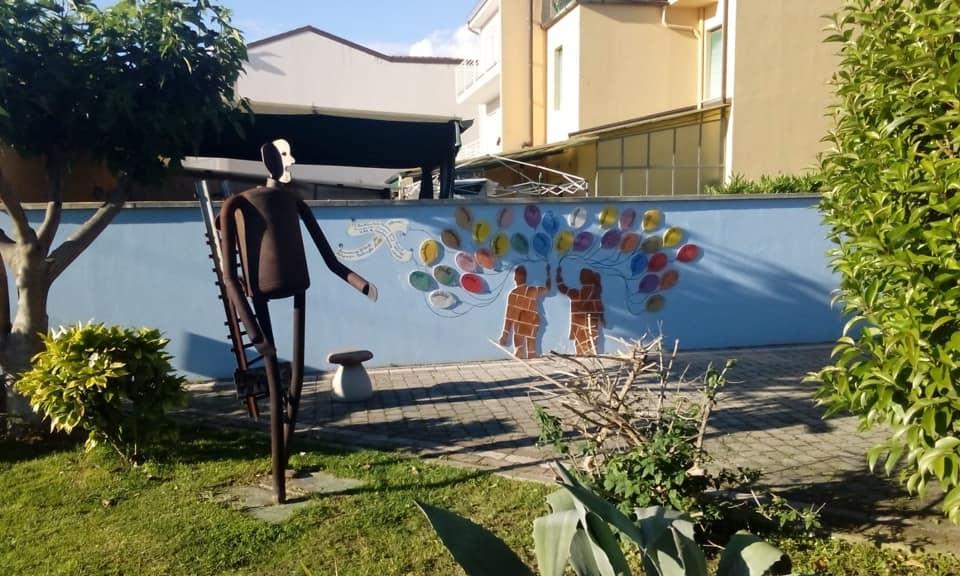 Un muro di colori come segno di rinascita nel luogo della strage ferroviaria del 2009