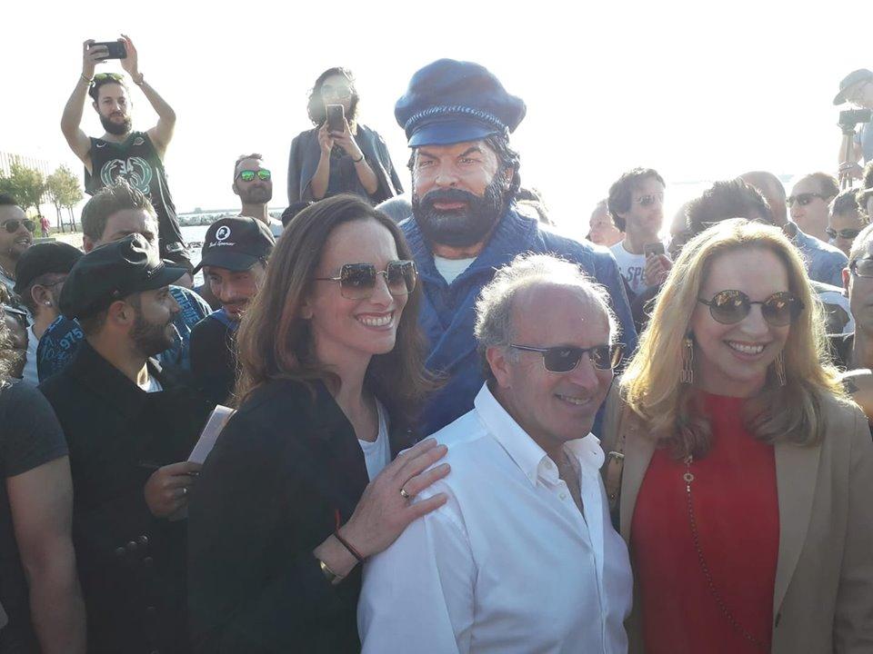 Omaggio a Bud Spencer, il Carnevale conquista Livorno con la statua di Fabrizio Galli