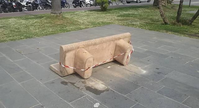 """Atto vandalico in Passeggiata a Viareggio, divelte alcune panchine. Il sindaco: """"Imbecilli"""""""