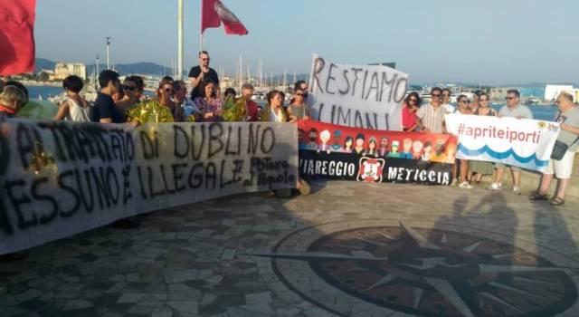 Solidarietà alla Sea Watch e la sua capitana Carola Rackete, presidio e striscioni sul molo di Viareggio