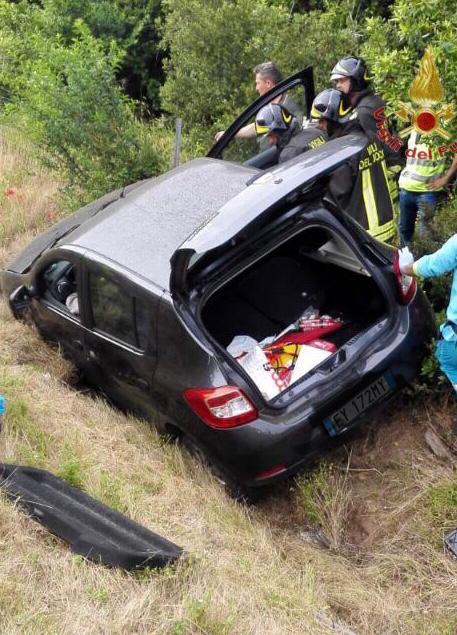 Fuori strada in A12, due feriti estratti dalle lamiere dell'auto