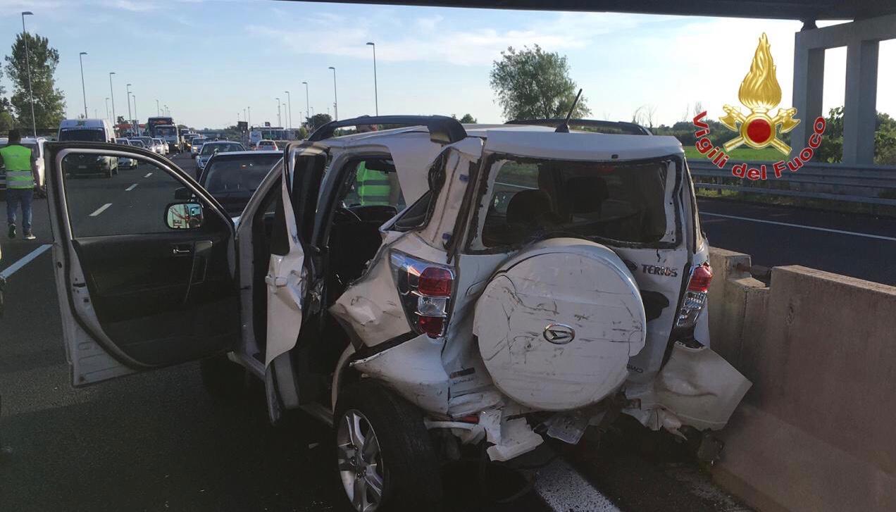 Incidente in A12 allo svincolo: conducente estratto dalle lamiere dai pompieri