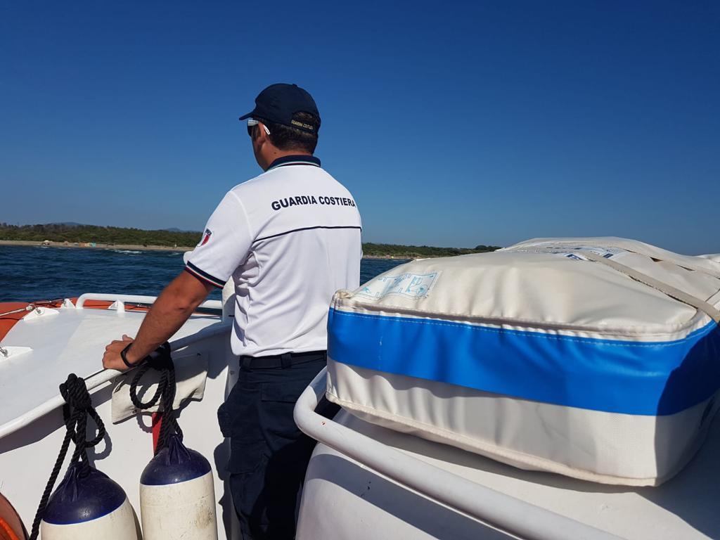 Sole e vento di maestrale impegnano i militari della Guardia Costiera: catamarano disalbera in mare