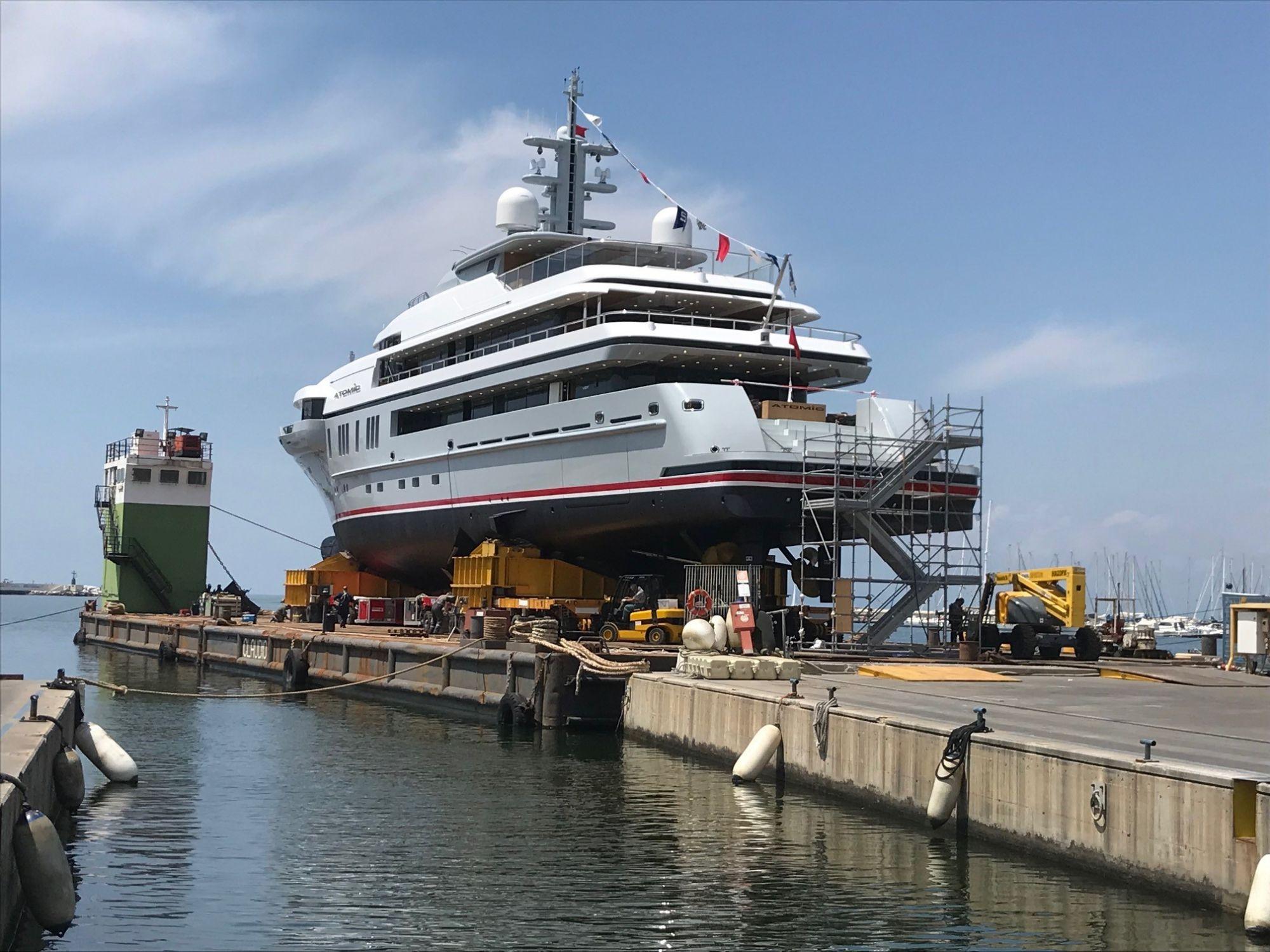 Il pontone Claudio I (72 metri di lunghezza x 25 metri di larghezza) partito dal porto di Viareggio con a bordo un carico eccezionale