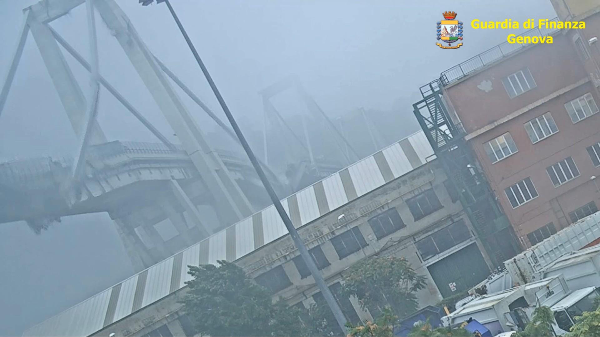 Ponte Morandi, le immagini inedite del crollo: foto e video