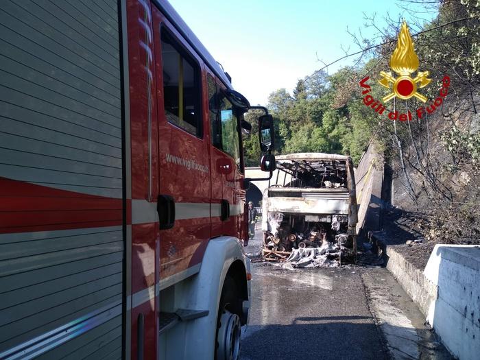 Bus a fuoco, paura in autostrada
