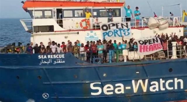 """""""E intanto a Lampedusa i barchini sbarcano. Cronache di un delirio politico"""""""