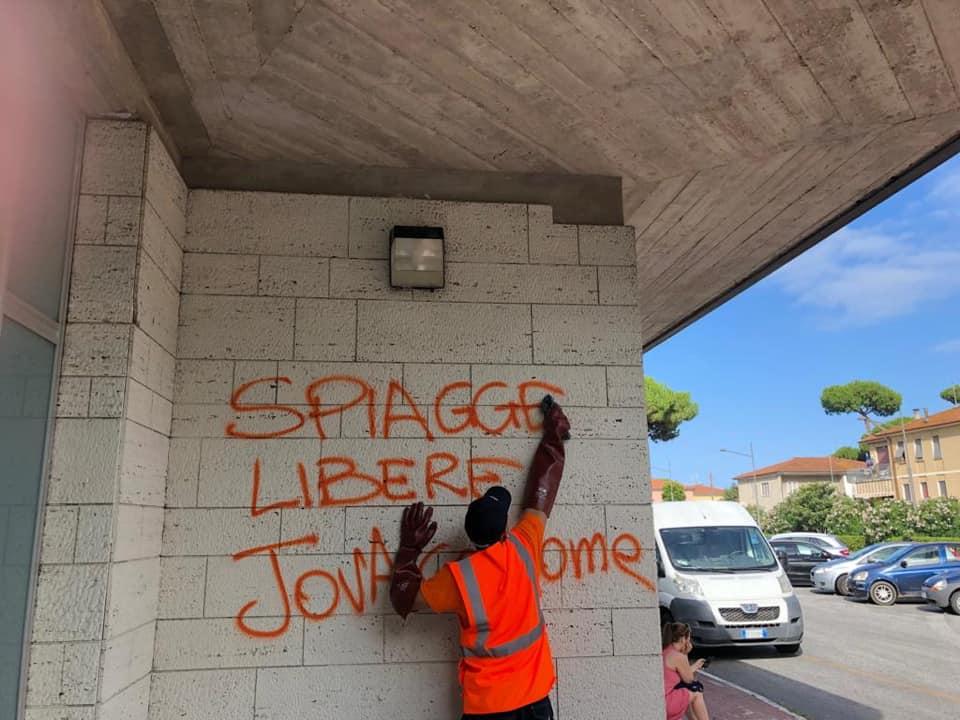 """""""Spiagge libere, Jova go home"""", le scritte in Darsena. Il Sindaco: """"Energie spese per gli idioti"""""""