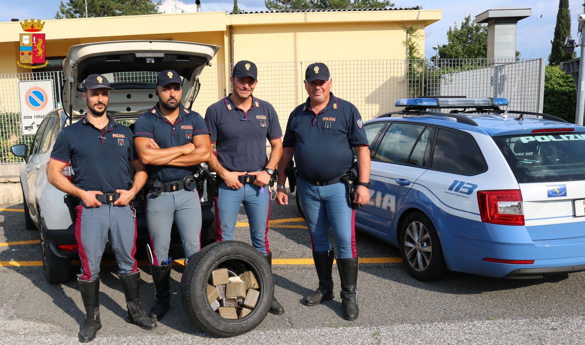 Beccato con oltre 10 chili di droga dentro la ruota di scorta per piazzarla nelle località turistiche della Versilia: arrestato 45enne