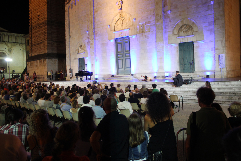 Premio Carducci: la grande poesia in Piazza Duomo, serata evento tra musica, canto e danza