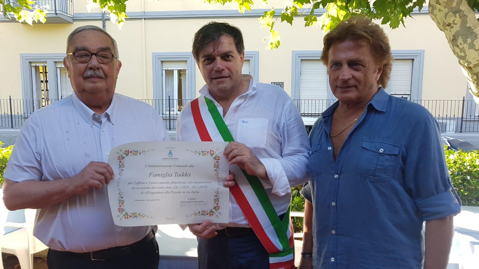 Da 100 anni e 5 generazione in vacanza a Focette, la famiglia Taddei premiata dal Sindaco
