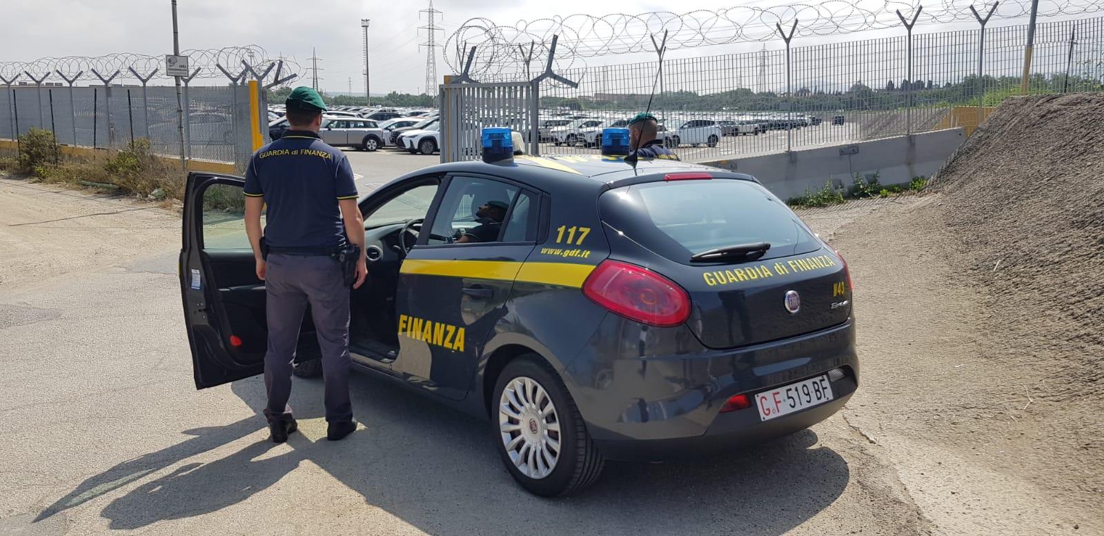 Porto di Livorno, scoperti dalla GdF 10 lavoratori in nero e 17 irregolari: 22.300 euro la sanzione al titolare della ditta