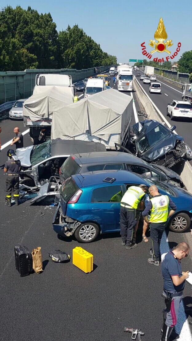Coda di 8 km sulla Firenze Mare dopo la carambola tra tir e 4 auto: autostrada riaperta dopo le 12
