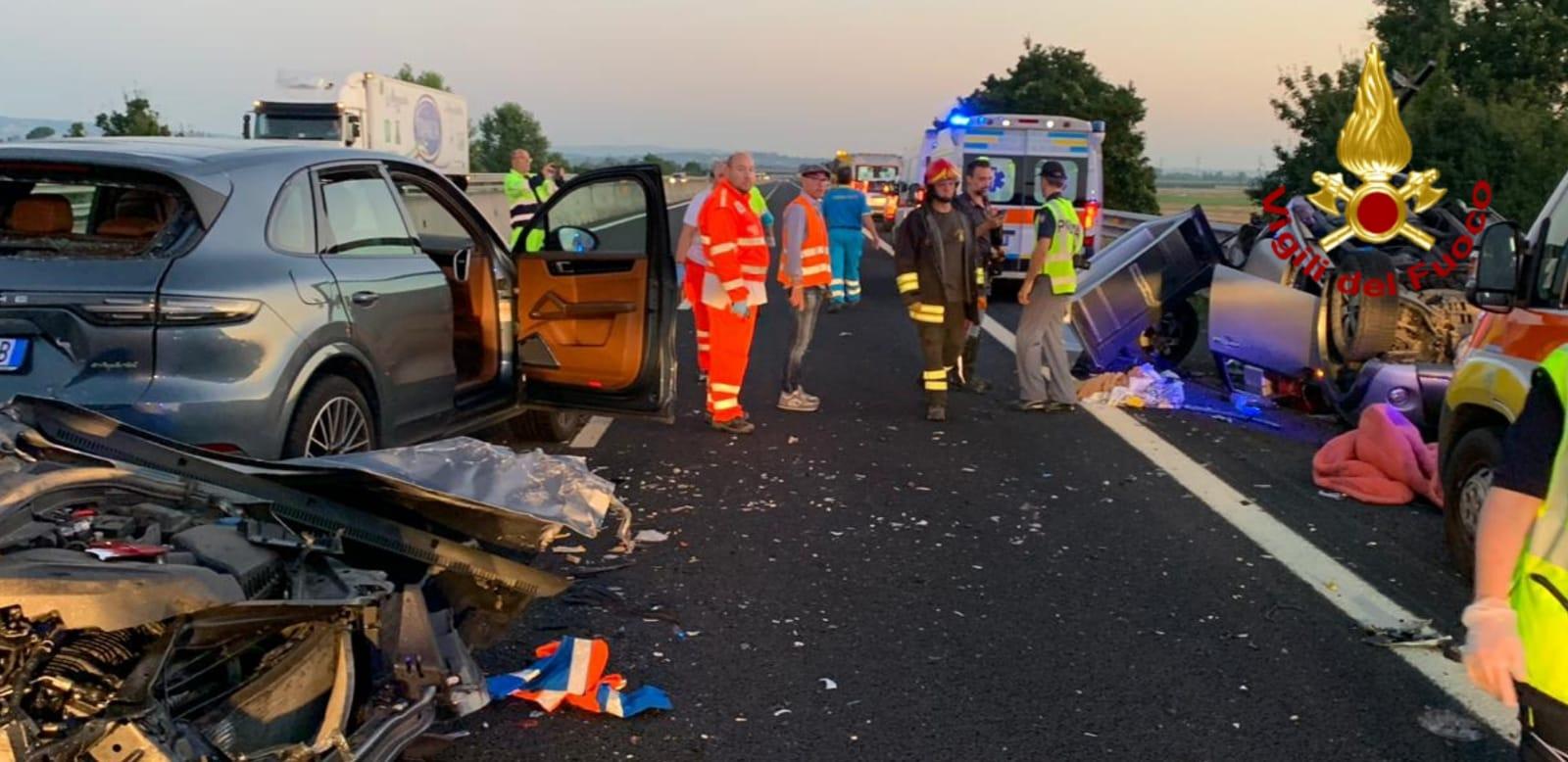 Tragedia in autostrada: un morto e 12 feriti