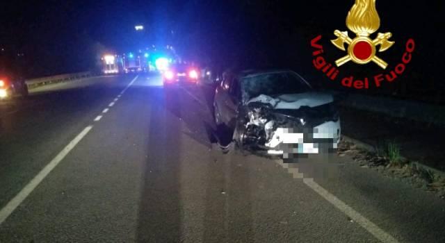 Scontro tra auto e moto, un morto e tre feriti