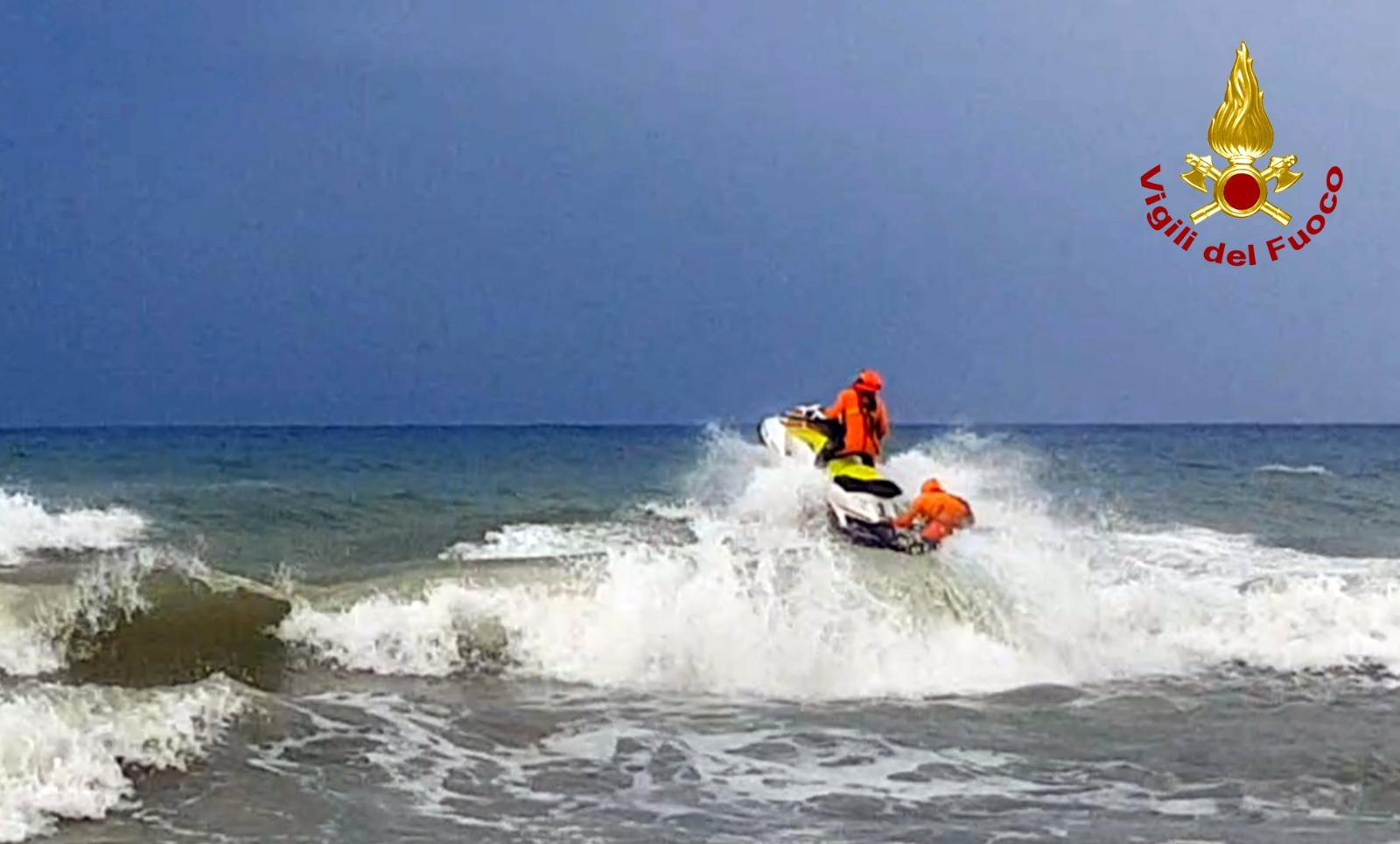 Surfista soccorso in mare dai vigili del fuoco e la guardia costiera (foto e video)