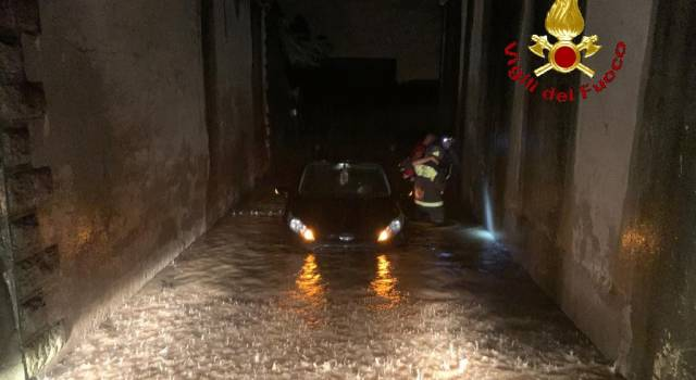 Bloccato con l'auto nell'acqua nel sottopasso, si rifugia sul tetto della vettura
