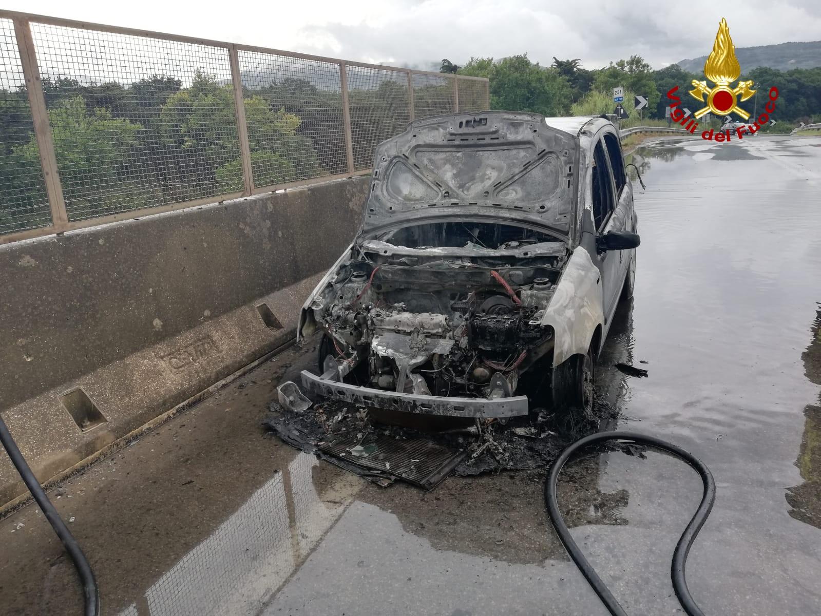 Auto a fuoco sull'Aurelia