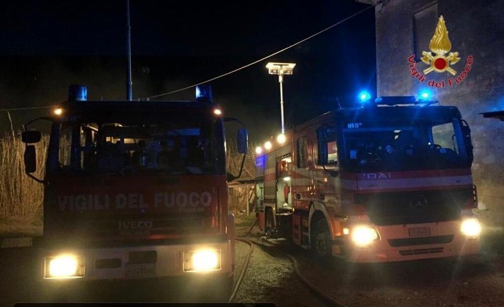 Boato nella notte, esplode un magazzino edile: forse un'azione dolosa