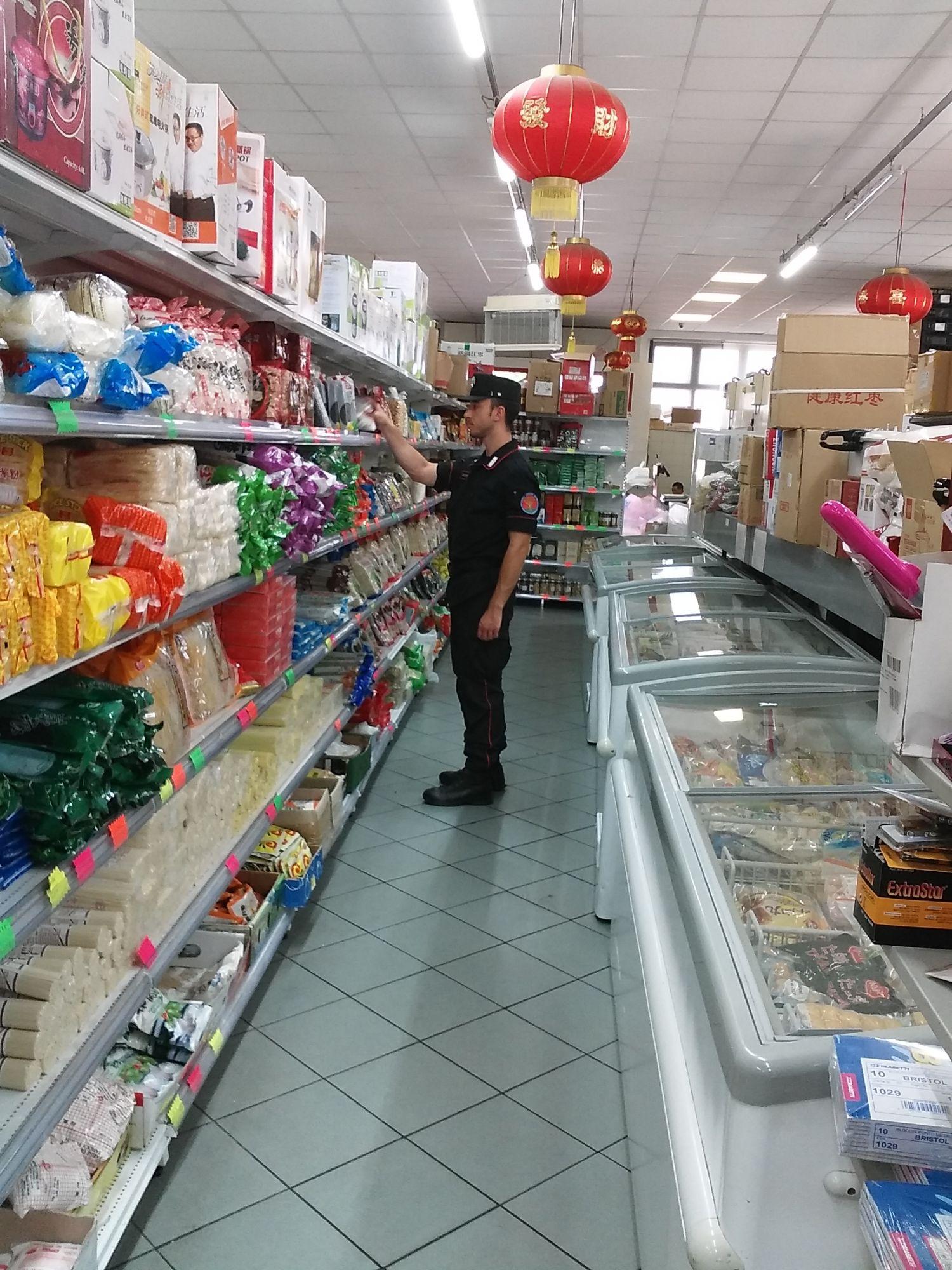 Controllo multiforze in un supermercato cinese, sequestrate centinaia di confezioni alimentari