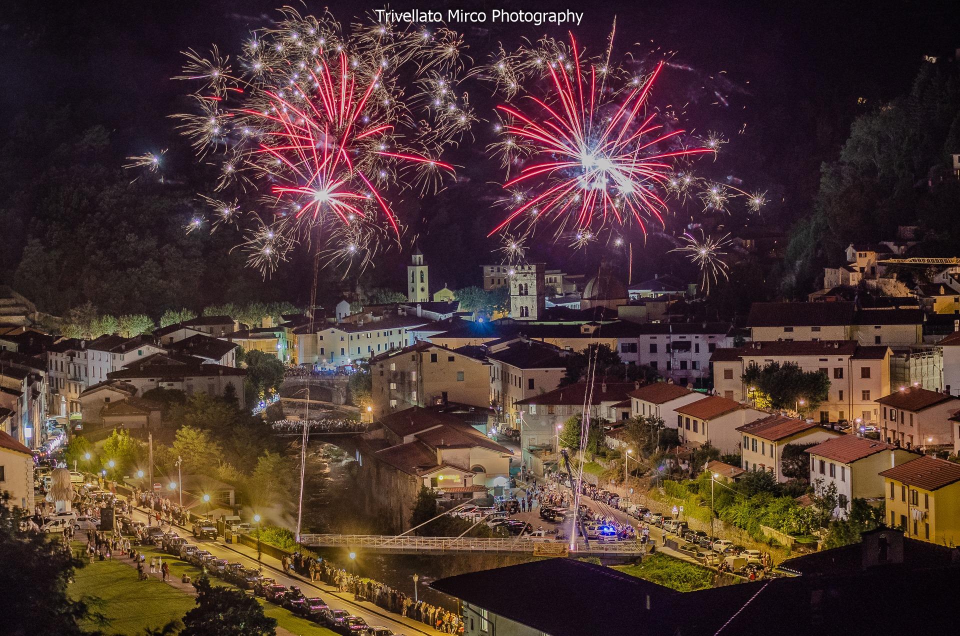 Notte di San Lorenzo con fuochi d'artificio ieri sera a Seravezza: le foto di Mirco Trivellato