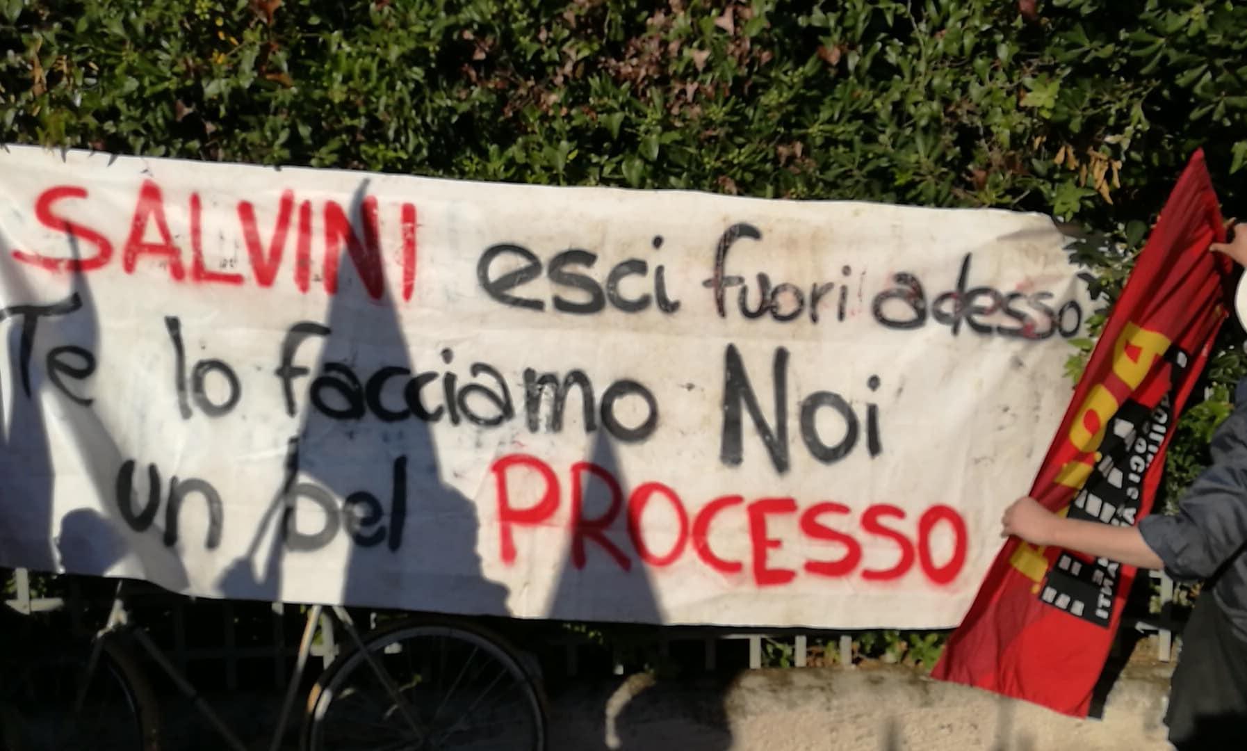 """""""Salvini esci fuori adesso, te lo facciamo noi un bel processo"""", la contestazione alla Versiliana"""