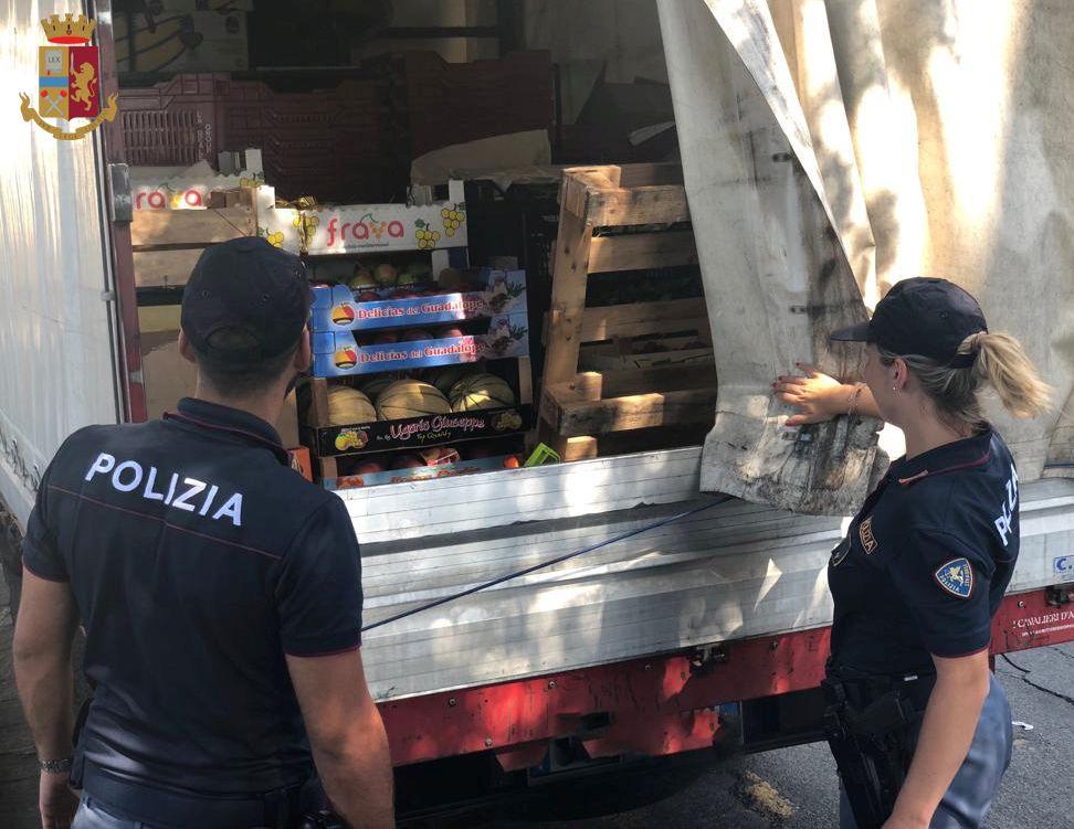 Trasporta frutta ma non ha la patente: bloccato dalla Polstrada