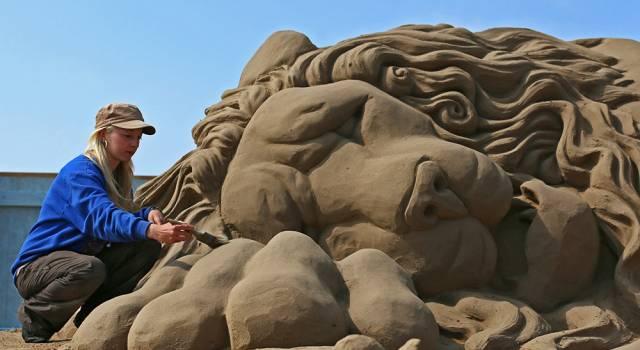 Gara di sculture di sabbia in spiaggia