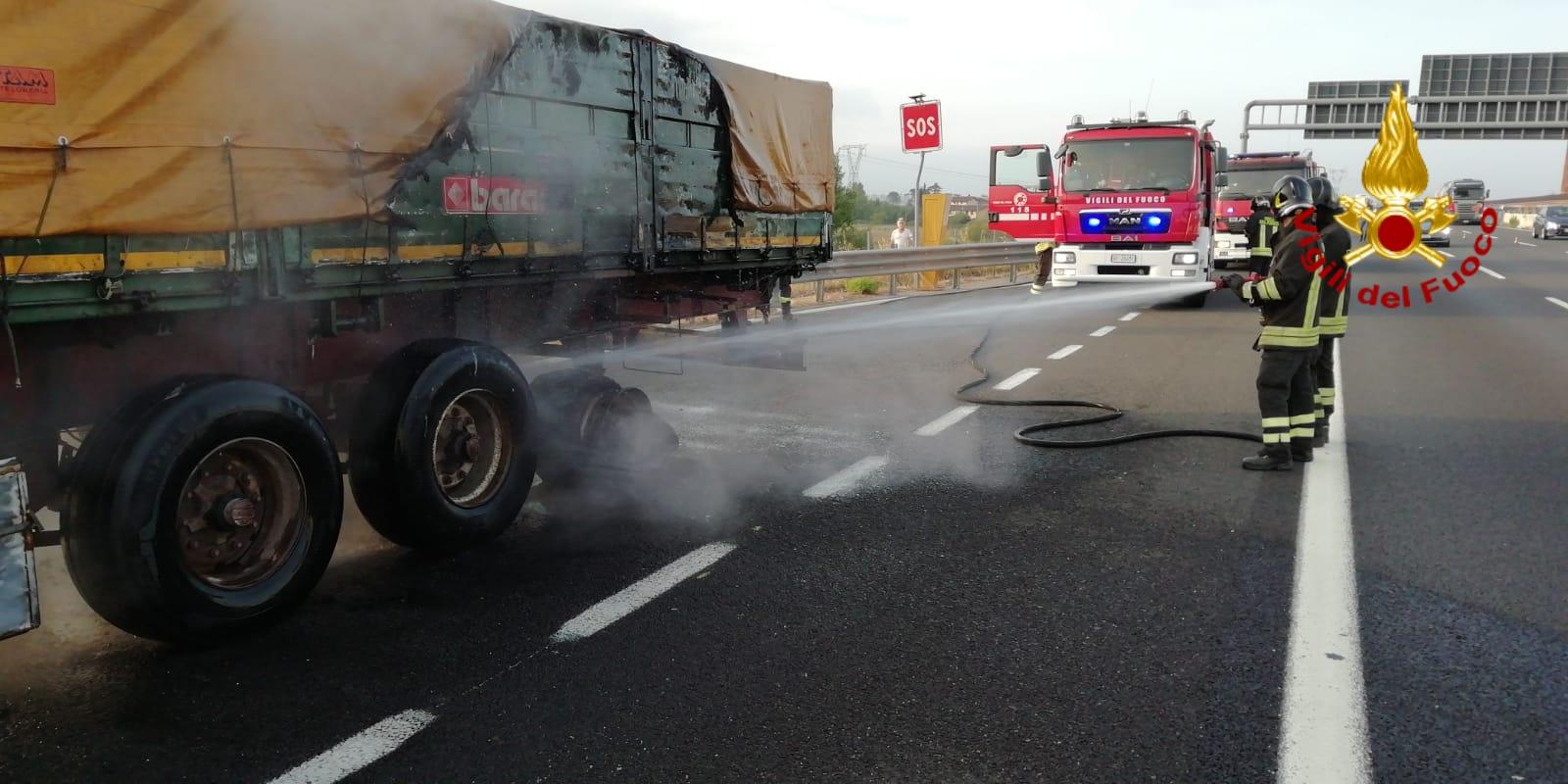 Semi rimorchio di un mezzo pesante va a fuoco in autostrada
