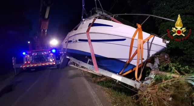 Carrello con una barca finisce fuori strada