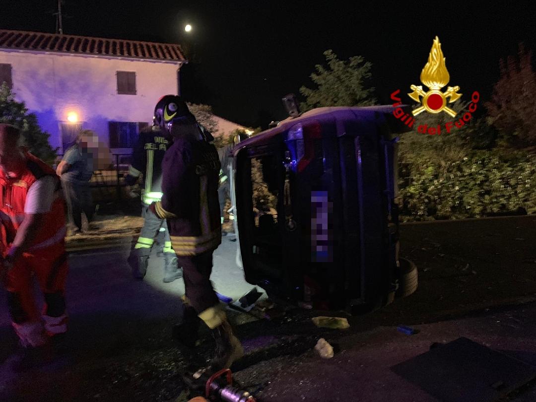Auto si ribalta, il conducente liberato dalle lamiere dai vigili del fuoco