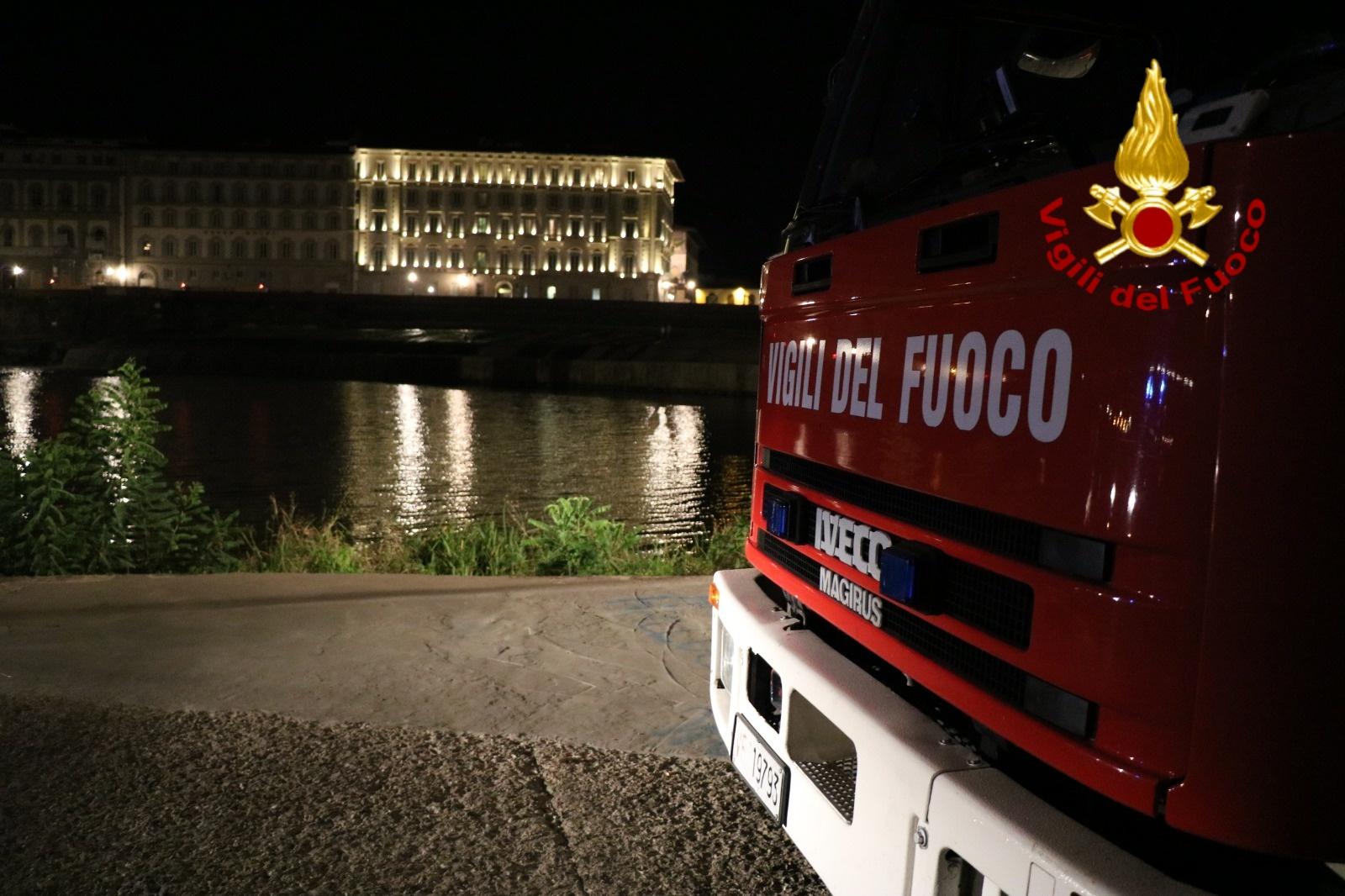 Si tuffa in Arno, nuota e sparisce: ritrovato dopo ore mentre cammina nudo in centro