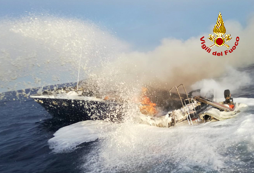 Barca a fuoco affonda: salvi gli occupanti