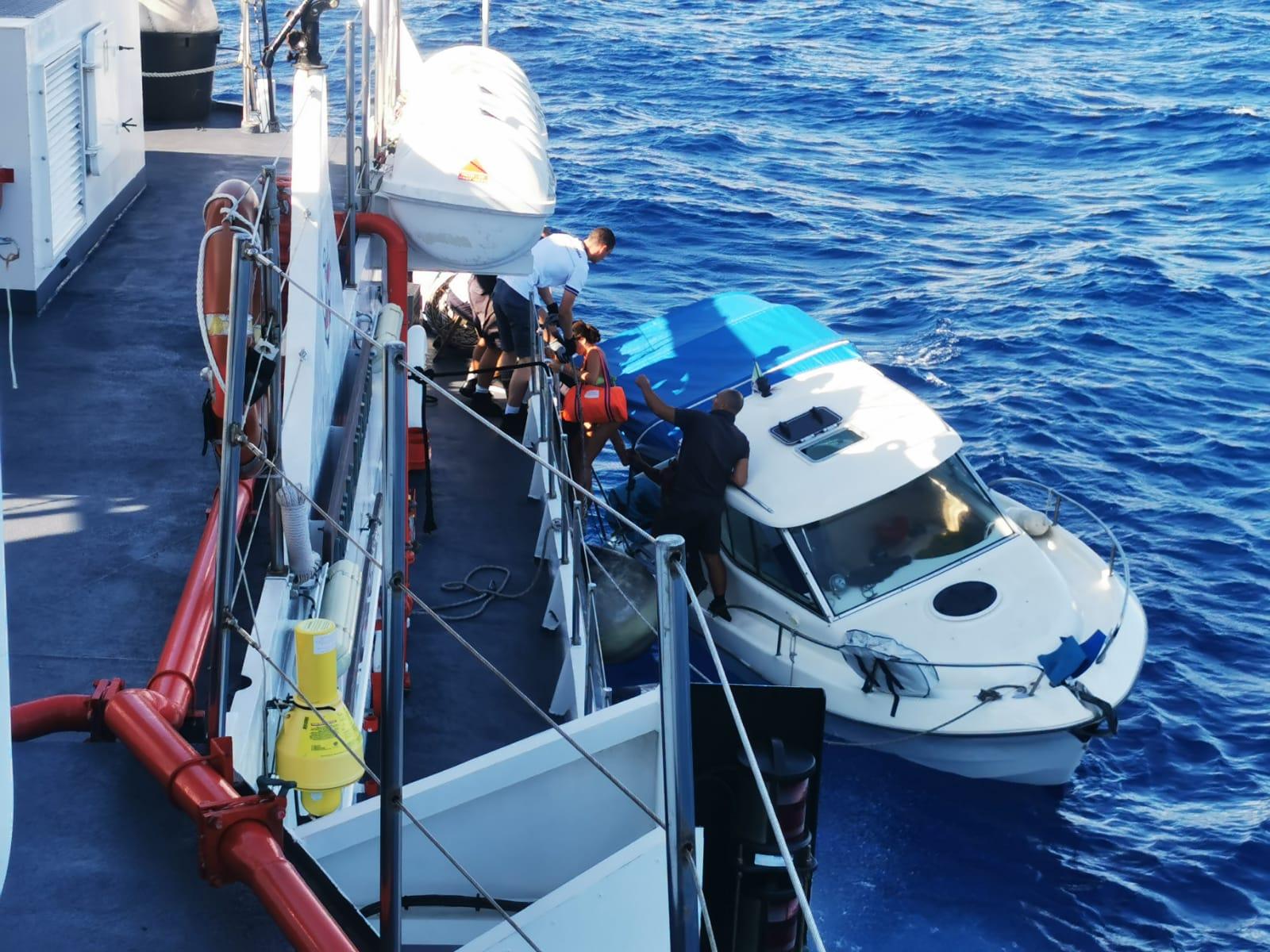 Falla a bordo, rischiano di affondare: brutta avventura per 5 diportisti
