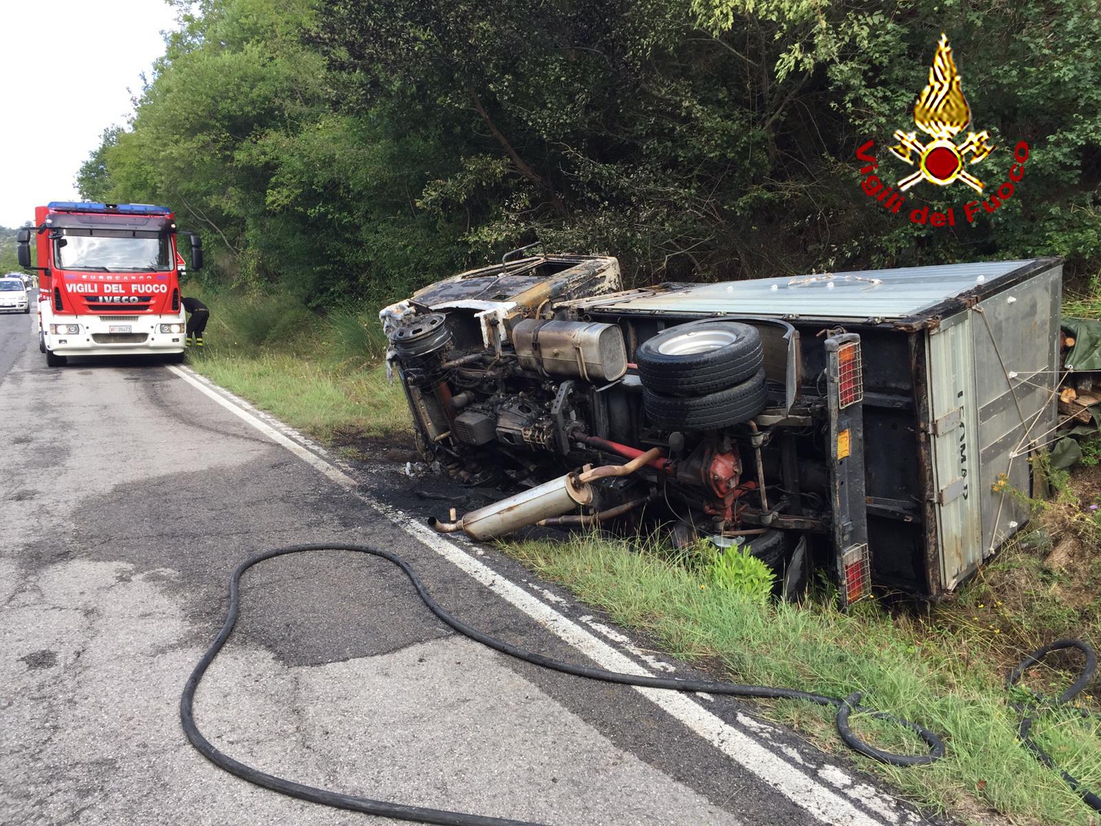 Camion a fuoco dopo un incidente, autista ricoverato in ospedale