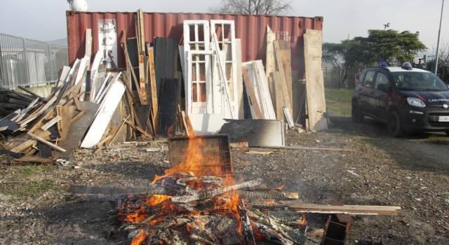 Colti sul fatto mentre bruciano rifiuti speciali: scatta la denuncia
