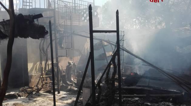 A fuoco un'autorimessa, evacuate 8 famiglie