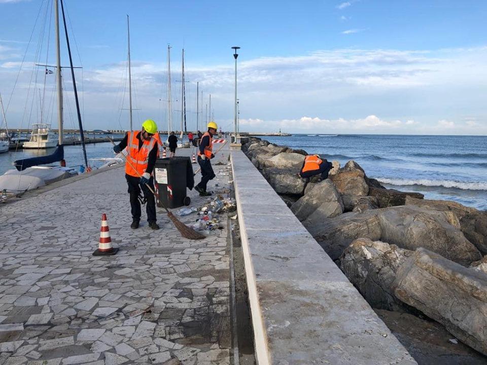 Il molo si fa bello: pulizia straordinaria da parte di Sea, tolte sigarette, lattine e bottiglie