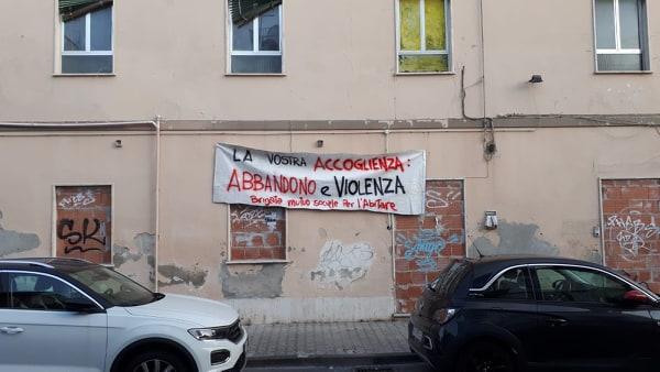 Stabile in via Matteotti, 5mila volantini e striscioni per denunciare le pessime condizioni