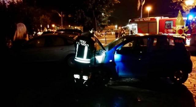 4 auto a fuoco ad Arezzo, intervengono i pompieri: la Polizia indaga sulle cause