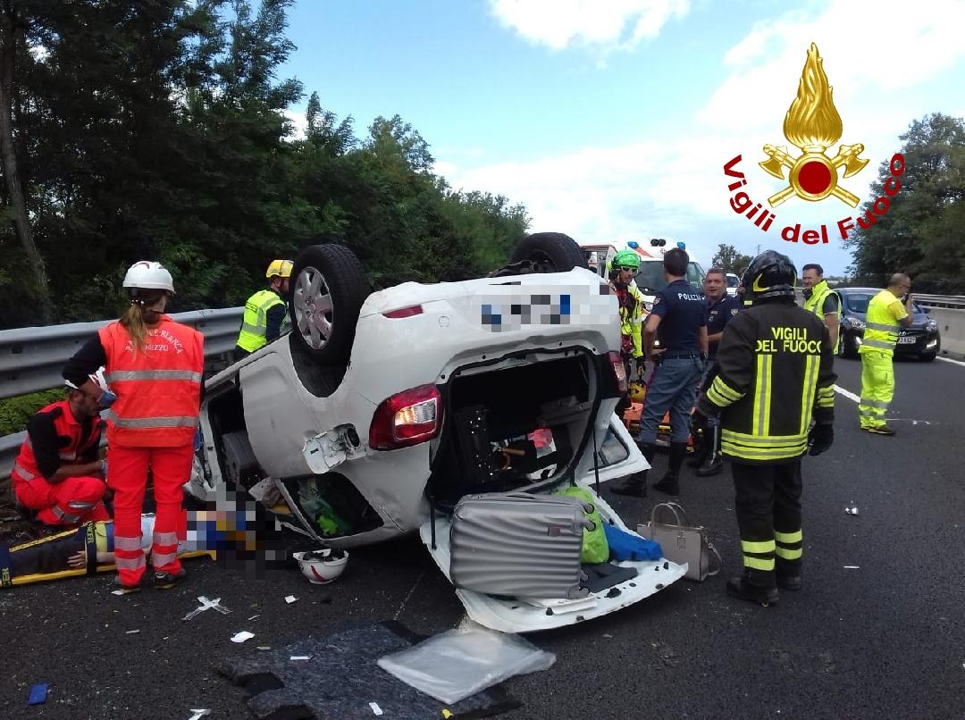 Scontro tra due auto in A1, una si ribalta: due feriti