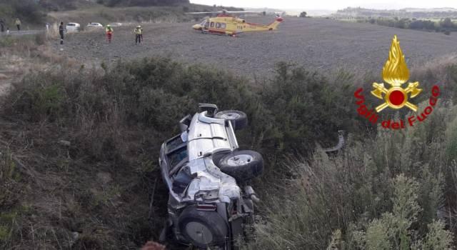 Auto fuori strada, conducente 24enne sbalzato fuori muore: il passeggero in ospedale