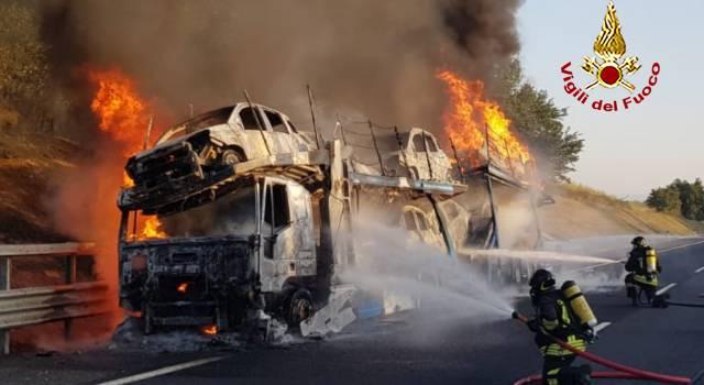 Bisarca a fuoco in autostrada