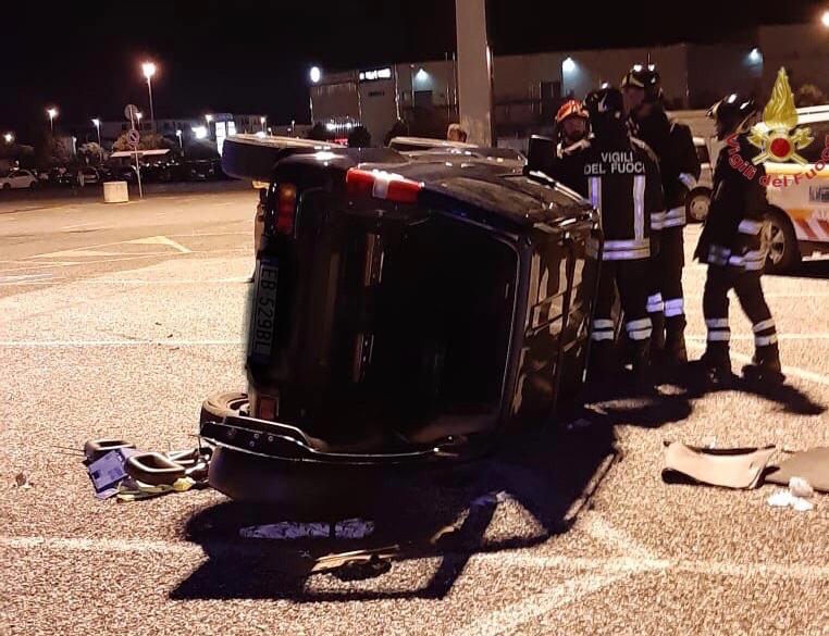Auto si ribalta, feriti tre ragazzi